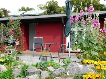 Gartenterrasse mit Bestuhlung, Grill, Sonnenschirm