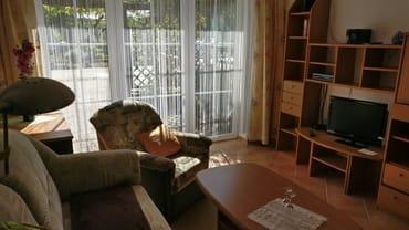 Wohnzimmer mit kl. Anbauwand Fernseher und Radio u. Küchenzeile