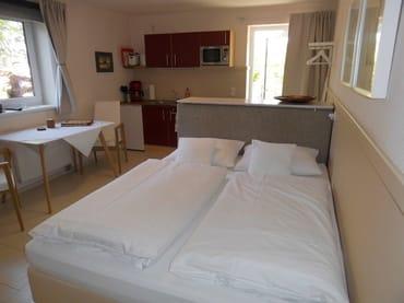 Schlafbereich mit Doppelbett (Boxspringbett 1,60 x 2 m)