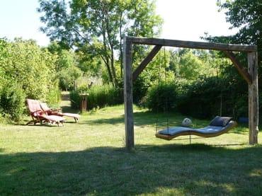 Schwebeliege im Garten für totale Entspannung