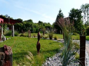 Innerer Gartenbereich mit viel Kunst