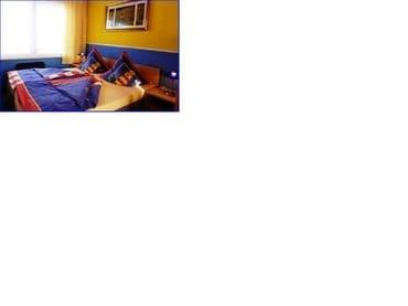 Schlafraum mit Ehebett und Doppelstockbett