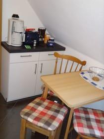 Frühstücksküche mit Kaffeemaschine und Toaster