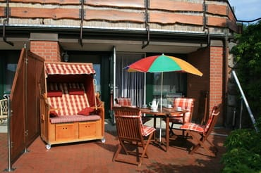 Terrasse mit Holzmöbeln zum Relaxen