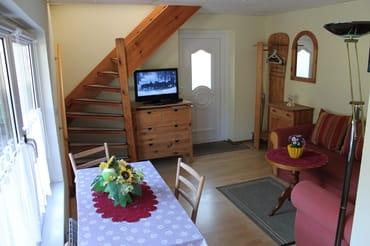 Wohnbereich mit Esstisch, Ansicht von Kochnische