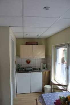 Miniküche mit 2 Kochplatten, Kühlschrank und Abwaschbecken