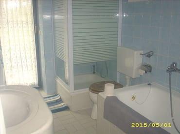 Bad mit Dusche, Badewanne und Waschmaschine