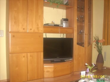 Wohnzimmer mit moderner Technik und WLAN