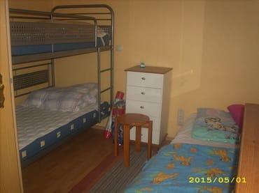 Zweites Schlafzimmer mit Doppelstockbett und Einzelliege