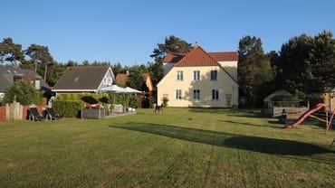 hinterer Garten mit Terrassse, Trampolin, Sandkiste, Schaukel, Rutsche, TT