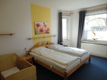 Doppelbett 180x200.     Das Kinderbett kann wahlweise auch im Kinderzimmer aufgestellt werden.