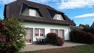 Ansicht Terrasse von unserem Ferienhaus mit vier Ferienwohnung in Pantow auf Rügen zwischen Zirkow und Binz