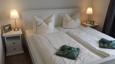 Großes Doppelbett, Schlafzimmer mit Terrassentür