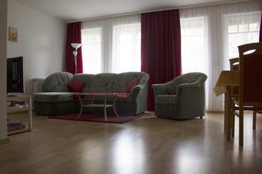 Wohnzimmer mit ausziehbarem Ecksofa