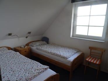 Kleines Schlafzimmer. Zwei Einzelbetten.