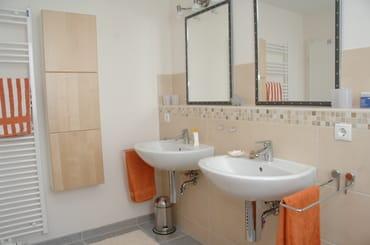 Badezimmer mit Badewanne OG