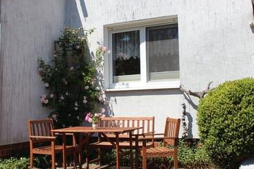 Sitzplatz im Garten vor der Wohnung