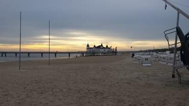 Ostsee ist schöööön. Blick auf die Seebrücke in Seebad Ahlbeck mit Sonnenaufgang.