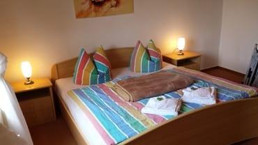 Schlafzimmer mit Doppelbett (160 breit x 190 lang)