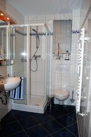Badezimmer mit Tageslichtfenster
