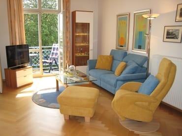Blick ins Wohnzimmer (Parkett) - mit Meerblick, sieht hier auf dem Foto zwar nicht so aus, stimmt aber.