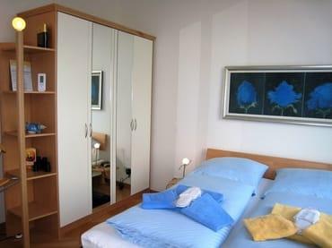 Blick ins Schlafzimmer (getrennte Matratzen, Parkett) - auch mit Meerblick