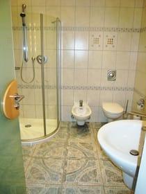 Blick ins Bad mit Fön, Bidet & Kosmetikspiegel