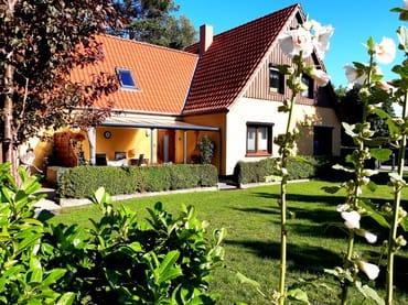 Unser Haus mit Grundstück ca. 800 qm -  Blick von der Gästeterrasse auf Haus u. Grundstück