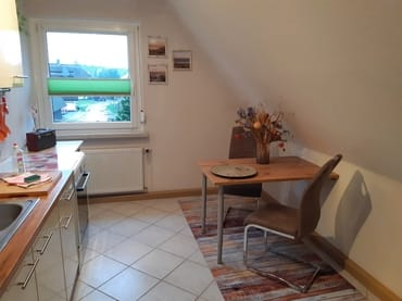 Küche mit Essplatz, Kühlschrank, E-Herd, Ceranfeld, Mikrowelle