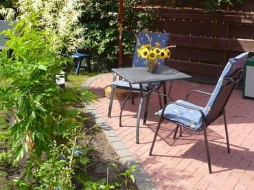 Gäste-Terrasse mit Sonnenschirm und Kissenbox
