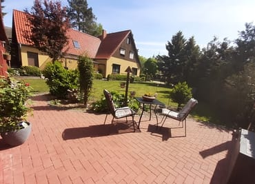 Blick von der Gästeterrasse über das Grundstück