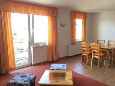 Wohnzimmer mit Essecke/ Wohnküche