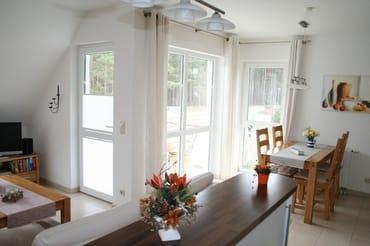 Blick vom Küchenbereich zur Eßecke