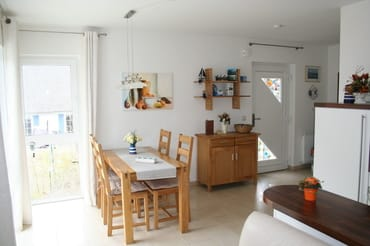 offene Wohnküche, Blick zum Eingangsbereich mit Eßecke