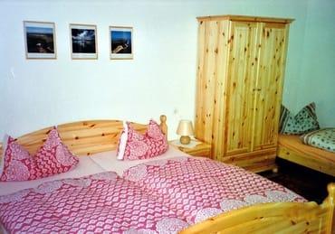 Schlafraum mit Doppelbett sowie Aufbettungsmöglichkeit