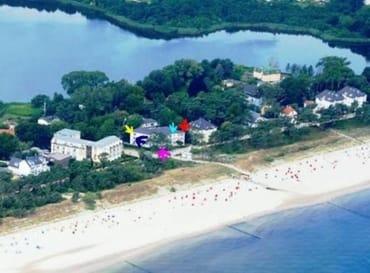 Lage des Hauses zwischen Ostsee und Schloonsee. Mehr Meer geht nicht. Die Wohnung liegt im 2. OG (hellblauer Pfeil)