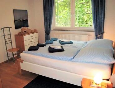 Blick ins zweite Schlafzimmer, ausgestattet wie das erste.