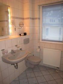 Blick ins Bad mit Dusche/WC (Kosmetikspiegel & Fön sind vorhanden), zusätzlich gibt es ein separates WC