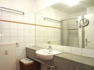 Bad mit Dusche & WC