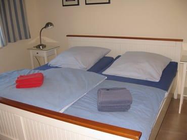 Bequemes Doppelbett im Schlafzimmer