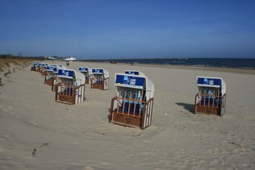 Strandkörbe hinter den Ostseedünen