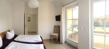großes Schlafzimmer mit Blick auf Westterrasse