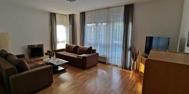 Wohnzimmer mit LED-TV und Musikanlage