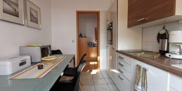 funktionale Einbauküche mit Geschirrspüler, Backofen, Mikrowelle und Kühlschrank