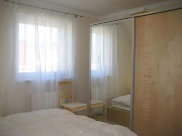 Erstes Schlafzimmer mit Doppelbett/Schrank