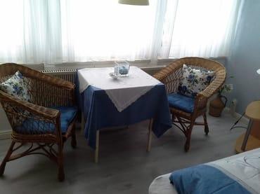 Apartment gemütliche Korbsessel und Tisch