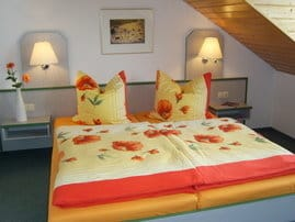 Das freundliche und geräumige 1. Schlafzimmer (im OG) der Fewo - mit herrlichem unverbautem Blick auf die Ostsee