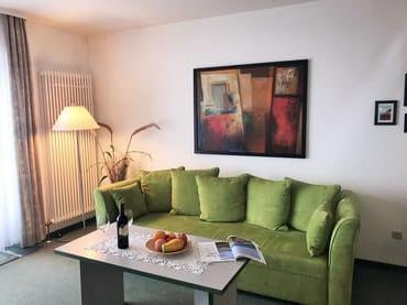 Wohnbereich mit gemütlicher Sitzecke - mit bequemer (ausziehbarer Schlaf-) Couch für 2 Personen
