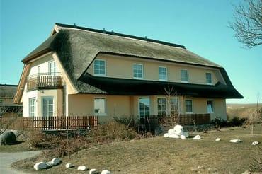 Haus links, in dem sich die Ferienwohnung 13 befindet