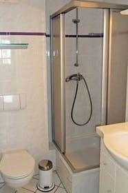 Badezimmer mit Dusche und WC - 2. separates WC
